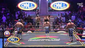 Último Guerrero escucha a Máscara Año 2000 después de la lucha