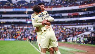 Edson Álvarez y Sebastián Córdova festejan un gol
