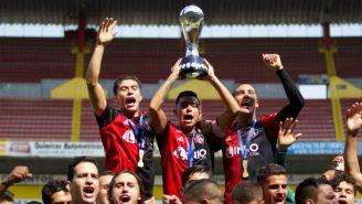 Denilson Villa levanta el trofeo del Clausura 2019 de la Sub 20