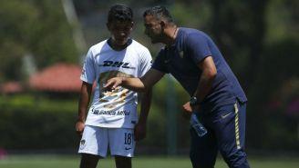 Brayan Flores y Carlos Cariño charlan en un juego de Pumas Sub 17