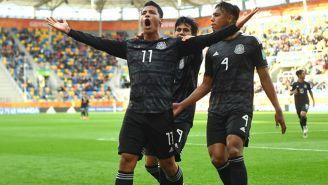 Roberto de la Rosa celebra gol con México