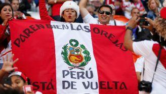 Aficionados alientan a la selección peruana