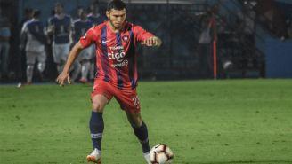 Juan Escobar conduce el esférico en un duelo con Cerro Porteño