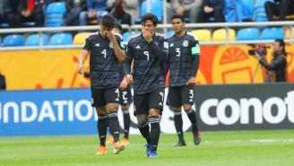 Jugadores de México en lamento durante el partido ante Japón