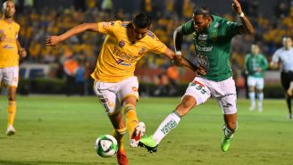 Ayala y Angulo en disputa por el balón