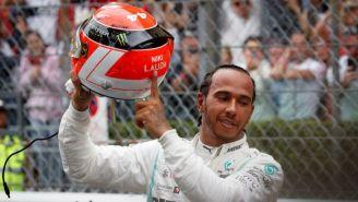 Hamilton muestra su casco con el nombre de Niki Lauda