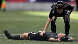 Kiana Palacios se queja tras un choque con Alyssa Naeher