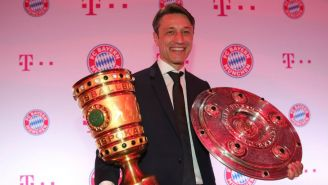 Niko Kovac posa con el trofeo de la DFB-Pokal y la Bundesliga