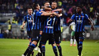 Jugadores del Atalanta festejan un gol vs Sassuolo