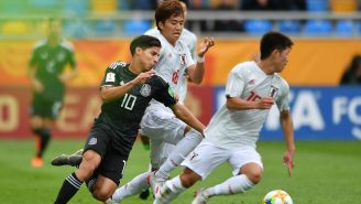Lainez disputa el balón en juego frente a Japón