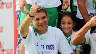 Antonio Torres Servín, festeja título en la Liga Nacional de Guatemala