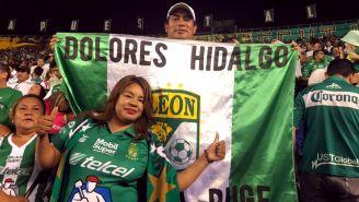 Baltazar Luna y Verónica Mejía, aficionados de León posan para la cámara de RÉCORD