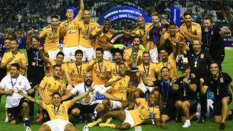 Plantilla de Tigres posa para las cámaras con el trofeo del Clausura 2019