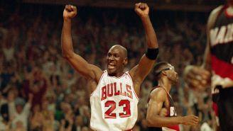 Michael Jordan festeja una anotación con los Bulls