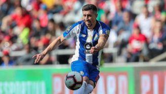 Héctor Herrera golpea el balón en un juego del Porto