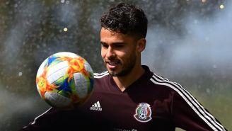 Diego Reyes observa el balón en un entrenamiento