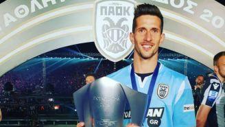 Rodrigo Rey posa con el trofeo de la Superliga Griega