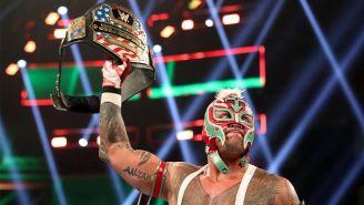 Rey Mysterio sostiene el campeonato de los Estados Unidos
