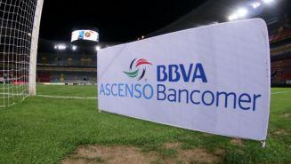 Logo del Ascenso MX en la cancha del Estadio Jalisco