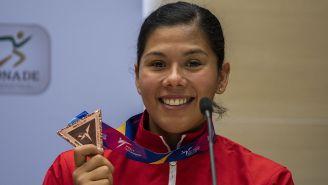 Briseida Acosta muestra medalla conquistada en Manchester
