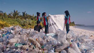Personas realizan labores de reciclaje en las playas