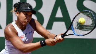 Naomi Osaka golpea la pelota con su raqueta