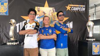 Aficionados de Tigres posan junto al trofeo Femenil y Varonil