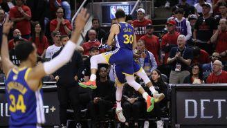 Los Warriors celebran canasta contra Raptors
