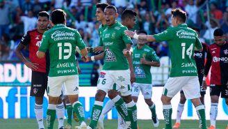 Jugadores de León en festejo de gol