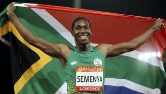 Caster Semenya extiende en su espalda la bandera de Sudáfrica