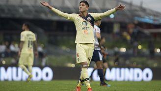 Edson festeja un gol de las Águilas en el Estadio Azteca