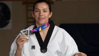 María del Rosario presume una de sus medallas a la lente de RÉCORD
