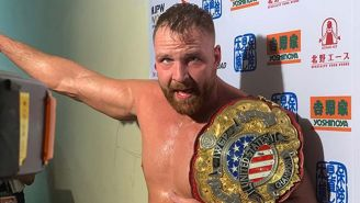 Jon Moxley presume el campeonato IWGP