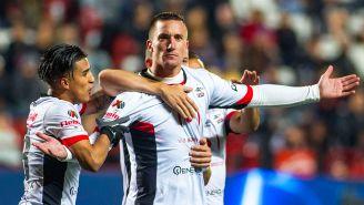 Leo Ramos festeja un gol con Lobos