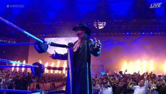 The Undertaker hace su entrada al ring