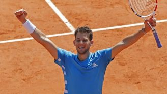 Dominic Thiem festeja tras vencer a Novak Djokovic