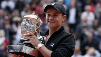 Ashleigh Barty con su trofeo tras ganar Roland Garros