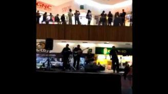 Músicos tocando la canción de Titanic en el centro comercial