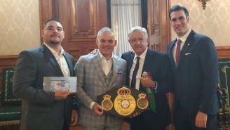 Andy Ruiz (izq) junto a AMLO en Palacio Nacional