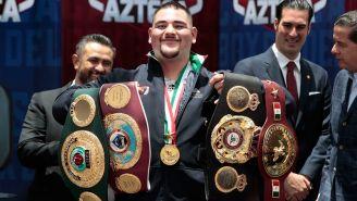 Andy Ruiz posa con los cinturones de Campeón Mundial
