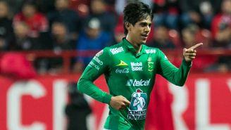 José Juan Macías festeja un gol con León
