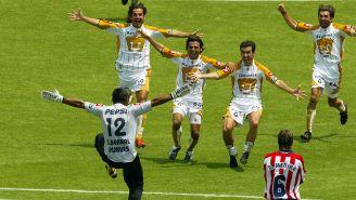 Los jugadores de Pumas corren a festejar tras la falla de Rafael Medina