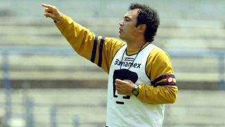 Hugo Sánchez, durante un entrenamiento con Pumas