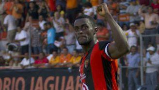 Martínez festeja tras anotar gol con Jaguares en Liga MX en 2012