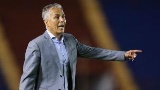 Sergio Bueno dirige un partido de futbol