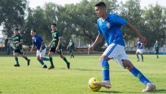 Ramírez Silva conduce el esférico durante un duelo con ASSA