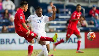 Jugador de Cuba envía un pase en duelo contra Estados Unidos
