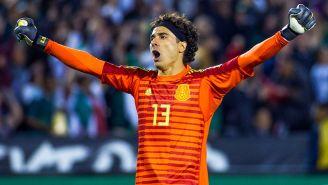 Guillermo Ochoa festeja un gol con el Tri