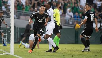 Uriel Antuna festeja uno de sus goles contra Cuba
