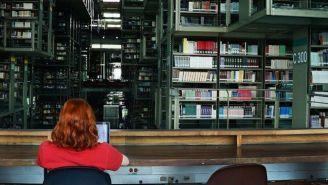 Mujer dentro de las instalaciones de la Biblioteca Vasconcelos